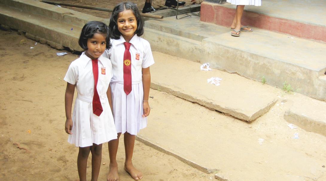 学生服を着たスリランカの小学生